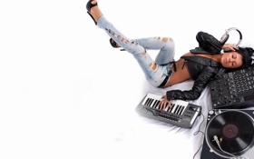 Картинка Девушка, наушники, порванные джинсы, аппаратура диджея