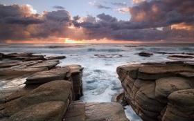 Картинка вода, солнце, облака, закат, туман, камни, лучи солнца
