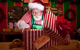 Обои полоски, лицо, настроение, праздник, коробка, подарок, игрушка
