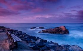 Обои море, скамейка, камни, побережье, вечер, горизонт, Калифорния
