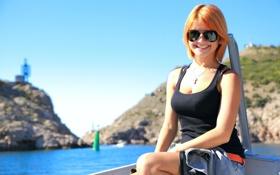 Картинка поза, улыбка, лодка, Девушка, очки, рыжая