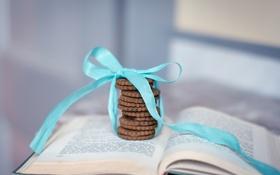 Обои печенье, книга, бант, страницы, голубая, ленточка, шоколадное