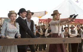 Обои Charlize Theron, пистолеты, шляпа, ковбои, вестерн, Neil Patrick Harris, тир