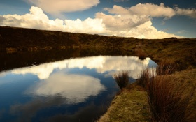 Обои облака, осень, отражение, трава, озеро