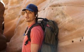 Обои камни, скалы, наушники, футболка, кепка, рюкзак, скалолаз