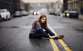 Картинка дорога, девушка, настроение, рыжая, сидит, хмурая