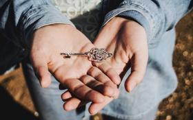 Обои руки, ключ, джинс