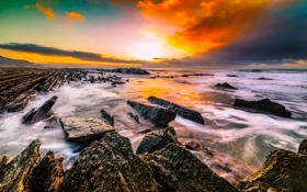 Обои море, небо, облака, закат, брызги, камни, скалы