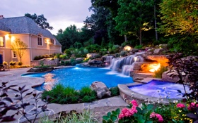 Обои бассейн, фонари, вилла, дом, вечер, кусты, деревья
