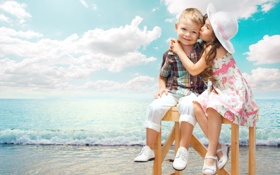 Обои море, дети, настроение, ситуация, поцелуй, мальчик, дружба