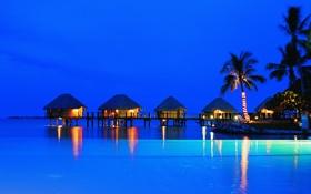 Обои море, острова, пейзаж, пальмы, вечер, домики, отель
