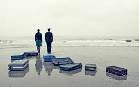 Обои берег, пара, прибой, чемоданы