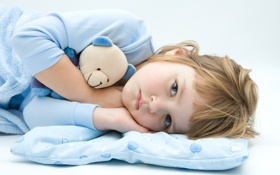 Обои взгляд, малыш, покрывало, мишка, подушка, пижама, ребёнок