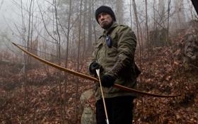 Обои осень, лес, туман, шапка, лук, перчатки, стрела