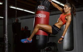 Картинка fitness, sportswear, boxing bag, strength of arms and legs