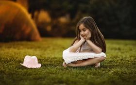 Картинка девочка, шляпка, травка
