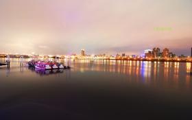 Картинка город, огни, лодки, причал, сумерки