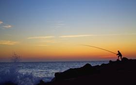 Картинка закат, облака, горизонт, камень, силуэт, волны, рыбак