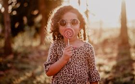 Обои ребенок, очки, девочка, леденец, кудри
