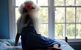 Картинка девушка, окно, шляпка