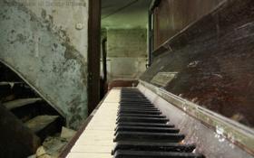 Обои старина, пыль, дверь, клавиши, лестница, пианино, открыта