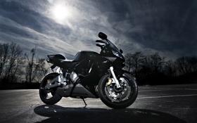 Картинка небо, солнце, облака, чёрный, мотоцикл, суперспорт, honda