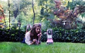 Картинка девушка, лужаика, телефон