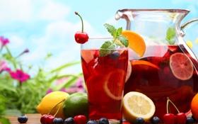 Обои стакан, лимон, сок, лайм, мята, вишни, графин