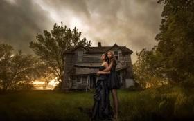 Обои закат, дом, девушки