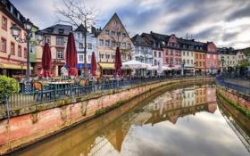 Картинка город, река, зонтик, стол, улица, забор, дома
