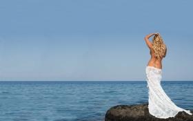 Обои море, небо, камень, спина, платье, горизонт, блондинка