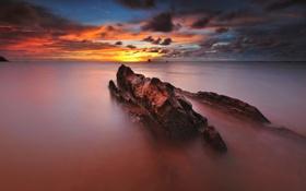 Картинка море, облака, восход, камень, горизонт