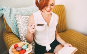 Картинка девушка, улыбка, печенье, кружка, чашка, рыжая, макарун