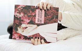 Картинка девушка, постель, книга
