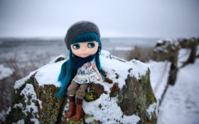 Картинка зима, шапка, камень, игрушка, кукла, сидит, синие волосы