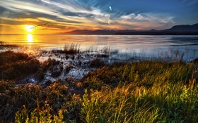Картинка трава, солнце, облака, закат, озеро, горизонт