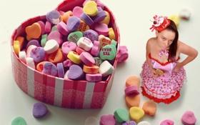 Обои девушка, ситуация, конфеты