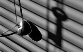 Картинка макро, сердце, тень, ключ, кулон, цепочка, серый фон