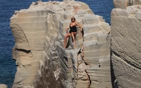 Картинка море, солнце, очки, блондинка, сидя, Holly, на скале