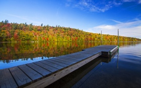 Картинка облака, небо, озеро, зеркало, палуба, деревья, отражение