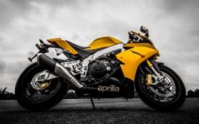 Обои небо, желтый, тучи, мотоцикл, aprilia, bike, yellow