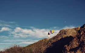 Обои небо, девушка, облака, шарики, природа, луна