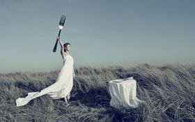 Картинка девушка, стол, ложка, сервировка, огромная вилка
