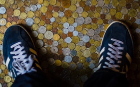 Картинка ноги, обувь, кеды, деньги, монеты, шнурки