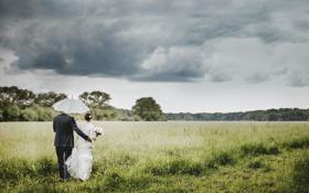 Обои небо, трава, тучи, зонт, влюбленные, двое, невеста
