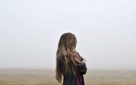 Картинка Девушка, Поле, Туман, Трава, Спина