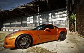 Обои оранжевый, здание, corvette, шевроле, вид сбоку, chevrolet, z06