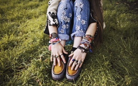 Картинка обувь, руки, браслеты, фенечки