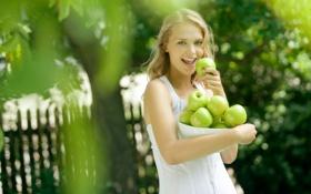 Обои девушка, яблоки, улыбка, блондинка