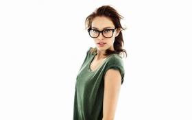 Картинка girl, blue eyes, model, beauty, brunette, glasses, t-shirt